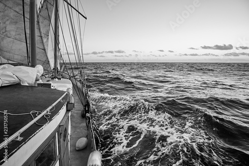 In de dag Schip Black and white picture of an old sailing ship cruise.