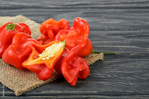 Photo Ripe Chili Peppers on wooden background. Capsicum baccatum.