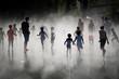Leinwandbild Motiv Enfant de dos qui s'amuse dans le miroir d'eau de Nantes