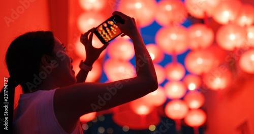 Woman take photo on cellphone with the red lantern Fototapete