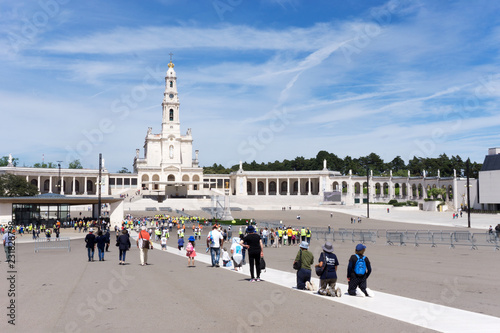 Obraz na plátně Fatima, Santarem, Portugal - June 11 2018 : Pilgrims crawling on their knees to the shrine at Fatima on the belief to get the health of their or their family members recovered