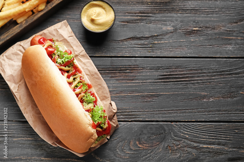 Tasty hot dog on wooden table Fototapet
