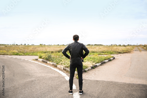 Photo Young man standing at crossroads. Concept of choice