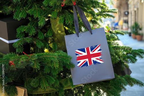 Fotografía  British flag printed on a Christmas shopping bag