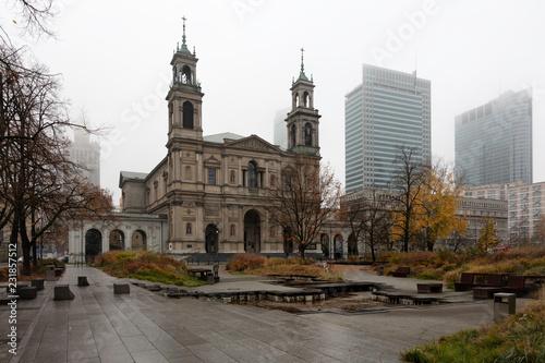 Obraz Kościół w centrum Warszawy, jesień, mgła - fototapety do salonu