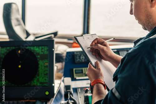 Photo  Marine navigational officer or chief mate on navigation watch on ship or vessel