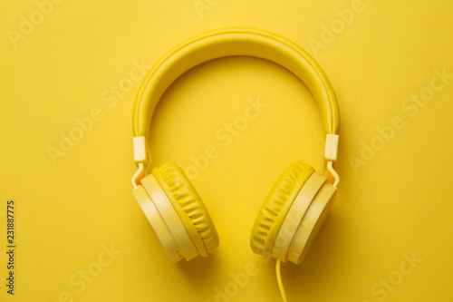 Fotografia  Yellow headphones on yellow background. Music concept.