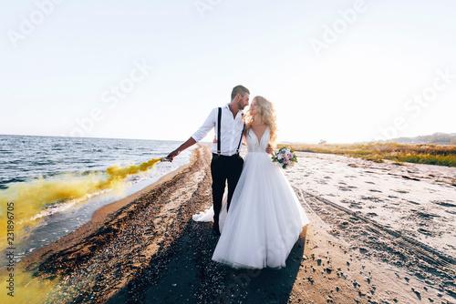 Obraz na plátně bride and groom on the seashore