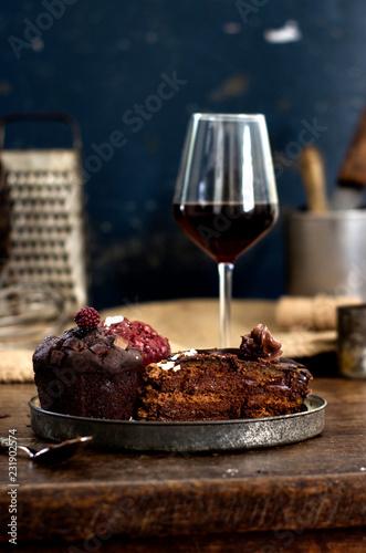 Photo Plato rústico con muffin y copa de vino