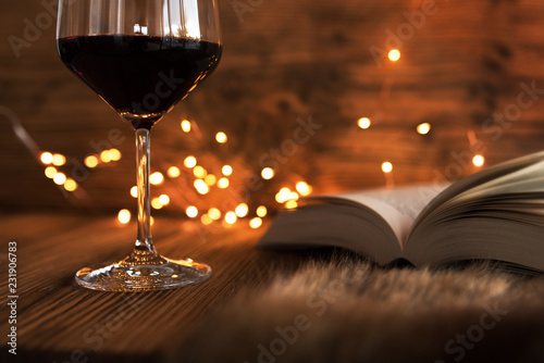 Fotografia  Cozy evening with wine and a good book