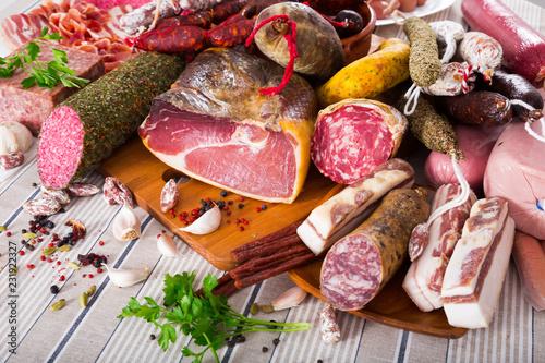 Fotografía  Variety of meats on table