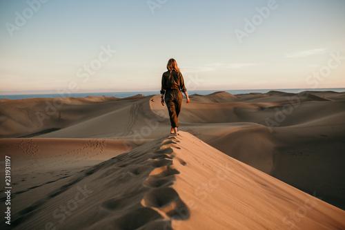 Cuadros en Lienzo Desierto mujer aviadora