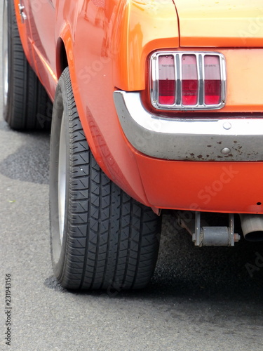 фотография  Amerikanischer Sportwagen Klassiker der Sechzigerjahre in leuchtendem Orange mit