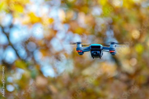 Photo Dron podczas lotu, w tle kolorowe jesienne liście.
