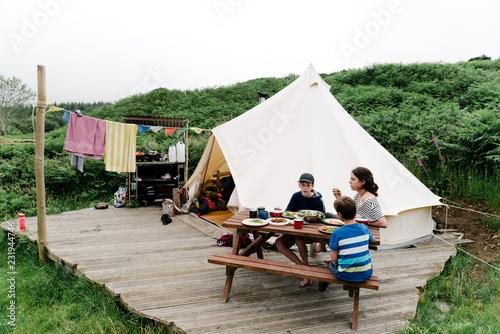 In de dag Kamperen kids enjoying a meal while camping