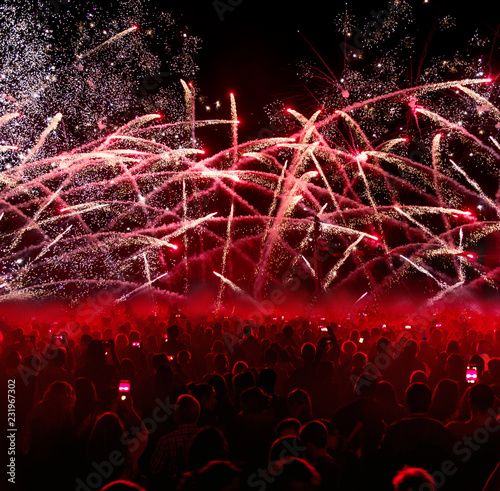 Fotografia  Crowded people with fireworks.
