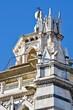 Pistoia, Toscana, Italia, dettaglio guglia gotica del battistero di San Giovanni in Corte, capolavoro medievale di arte gotica, costruito nel tipico stile con marmo bianco e verde, cielo blu di sfondo