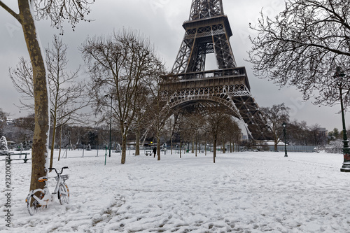 Papiers peints Paris Paris, France - February 7, 2018: The wall for peace in the foreground with the eiffel tower under the snow in the background