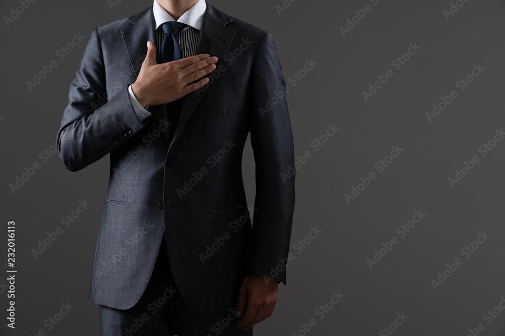 Fototapeta 胸に手を当てるビジネスマン