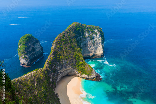 Poster Lieu connus d Asie Manta Bay or Kelingking Beach on Nusa Penida Island, Bali, Indonesia