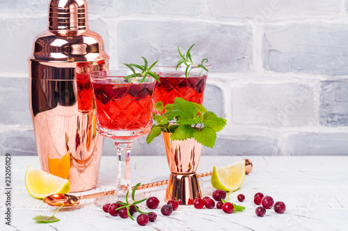 Foto op Plexiglas Cocktail Cranberry coctail with rosemary
