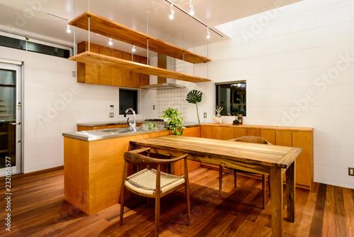 Photo ダイニングスペースとキッチンカウンター