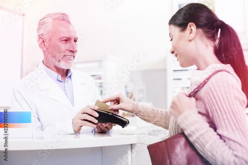 Customer swiping her credit card buying prescribed pills Fotobehang
