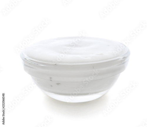 Photo Tasty sauce in glass bowl on white background