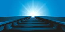 Vue Au Ras Du Sol Et En Perspective De Rails De Chemin De Fer En Direction Du Soleil Qui Se Lève à L'horizon.