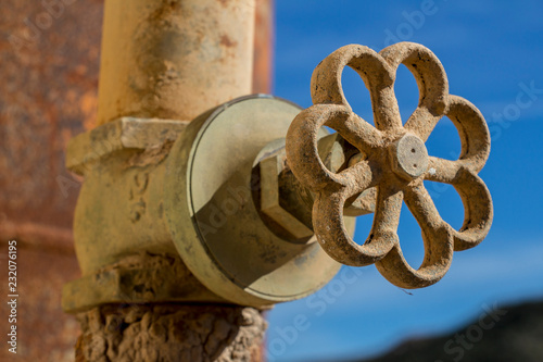 Fotografia, Obraz  industrial pipe valve, manual handwheel in a control valve, outdoor, tube