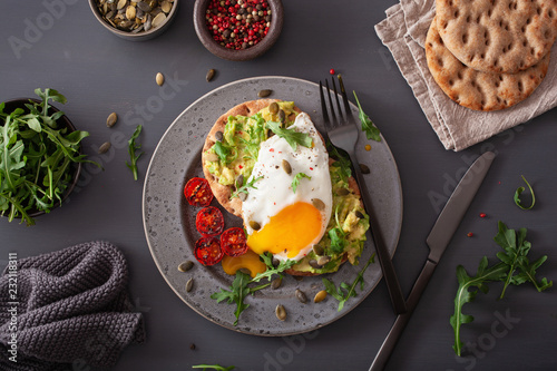 breakfast avocado sandwich with fried egg and tomato Fototapet