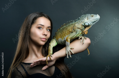 Photographie  Perfect portrait sensual woman and dragon