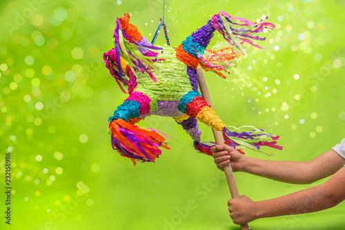 Fotografia  piñata para cumpleaños y navidad, colorida con luces brillantes, fondo verde y a