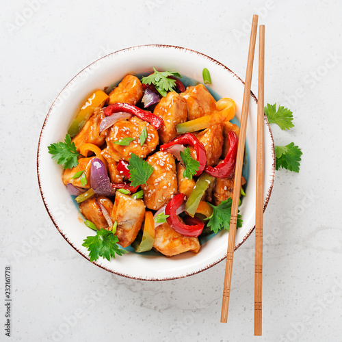 Photo  Stir fry with chicken, vegetables, soy sauce and sesame on light gray background