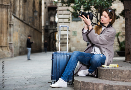 Fotografía  Girl holding camera and photographing