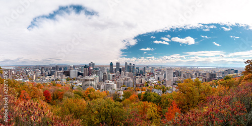 Foto  Montreal Skyline with Autumn foliage from Mont Royal Kondiaronk Belvedere