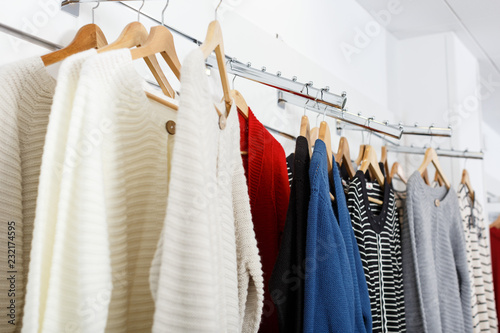 Fotografia  Clothes on hangers and shelfs in boutique