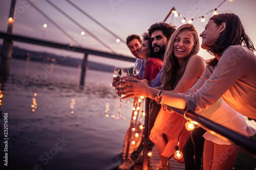 Cuadros en Lienzo Enjoying sunset with friends