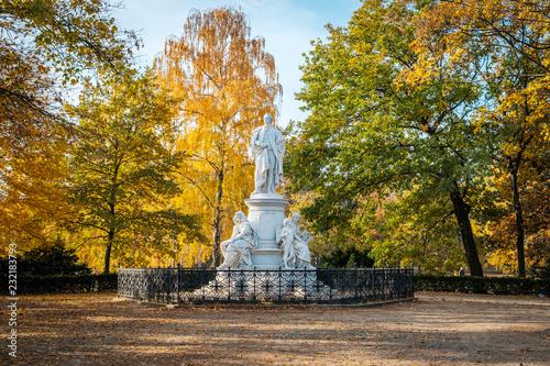 Fotobehang Historisch mon. Statue of german poet Johann Wolfgang von Goethe in Berlin