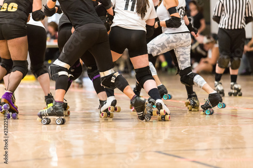 Fotomural Roller derby players compete against each other