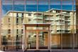 Leinwandbild Motiv Ein Wohnhaus spiegelt sich in einer Glasfassade