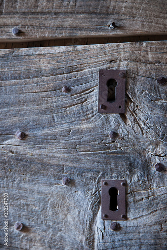 Fotografia  Old wooden door, in the south of France