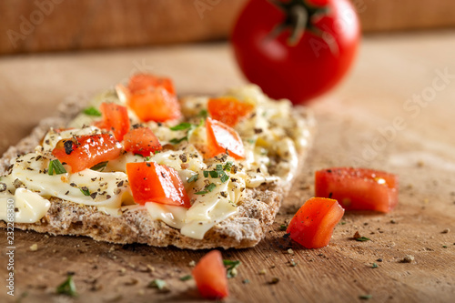 Papiers peints Buffet, Bar Crispbread with cheese cream, tomatoes pieces and herbs