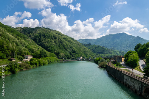 Papiers peints Alpes View south from the bridge at Borgo a Mozzano along the Serchio river