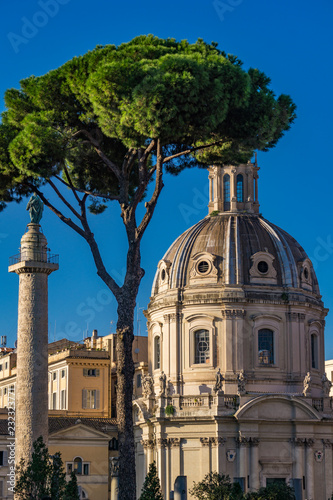 Foto  Traian column and church Santissimo Nome di Maria al Foro Traiano in Rome
