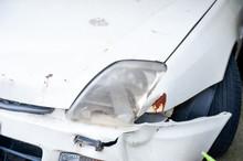 事故で壊れた車のフロント部分