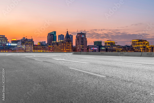 Photo  City skyscrapers and road asphalt pavement