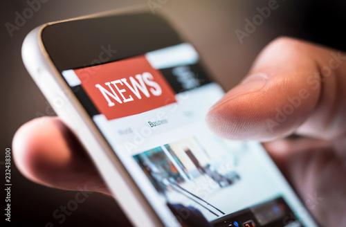 Obraz na plátně Online news in mobile phone