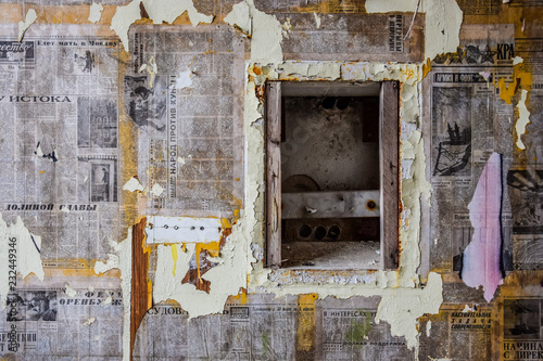 In de dag Oud Ziekenhuis Beelitz Wall plastered with old Soviet newspapers at abandoned military hospital complex