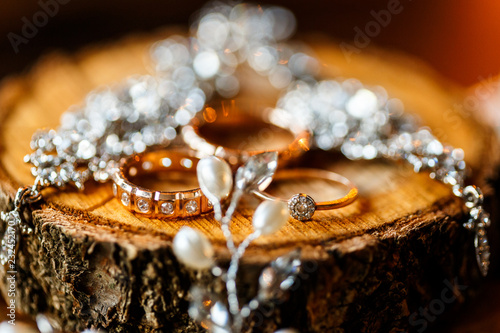 Photo A pair of wedding rings with bokeh background